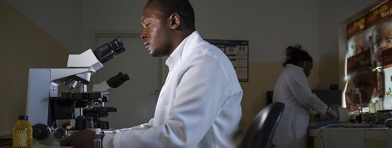 Ricercatore che guarda nel microscopio