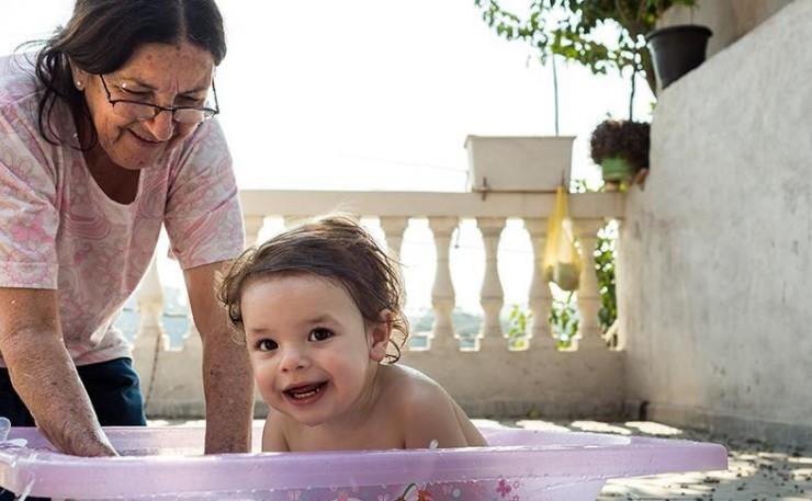 Signora che fa il bagno ad una bambina
