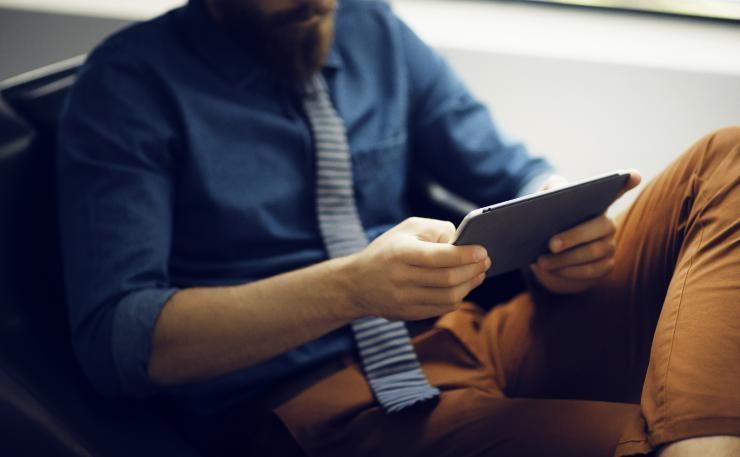 Uomo con in mano un tablet